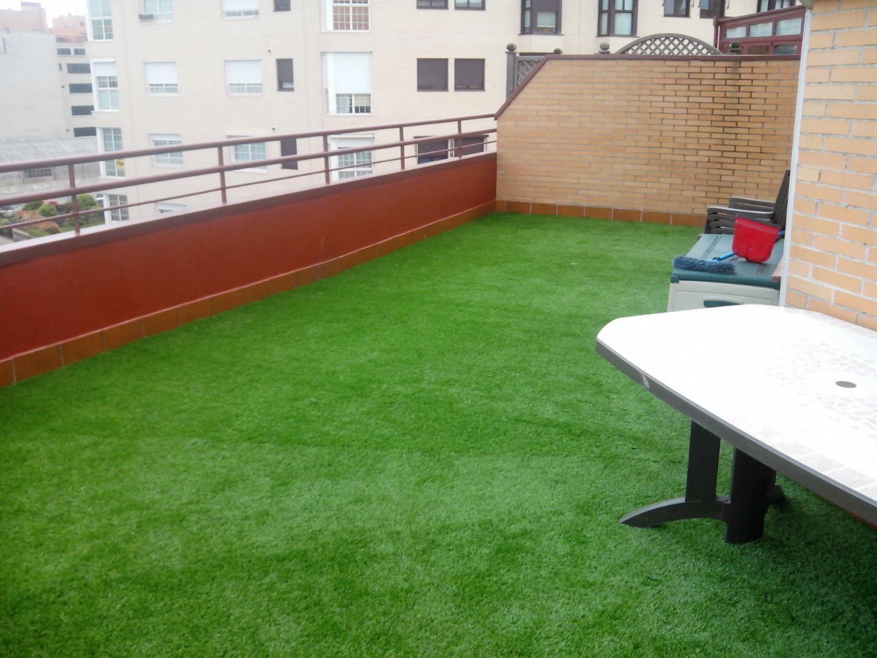 Decoraci n con c sped artificial de terraza en montecarmelo madrid - Cesped artificial terraza ...