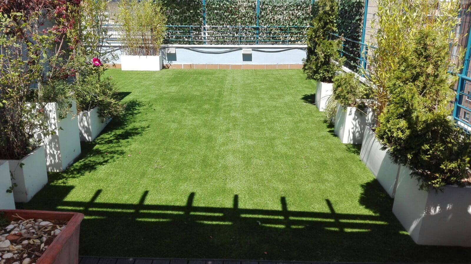 Instalaci n de c sped artificial living grass silk para - Cesped artificial para jardin ...